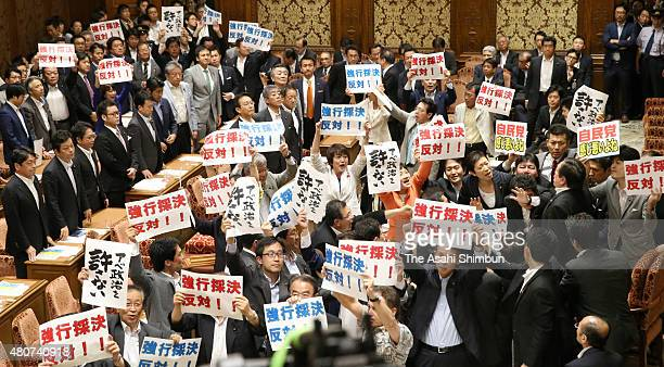 Lower House special committee deliberating security legislation Chairman Yasukazu Hamada calls for vote while opposition party lawmakers shout out...