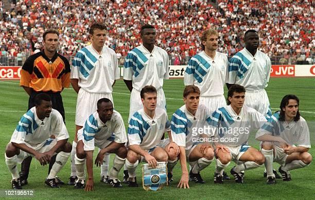 l'équipe de football de l'Olympique de Marseille pose pour les photographes avant la finale de la Coupe d'Europe des clubs champions contre le Milan...