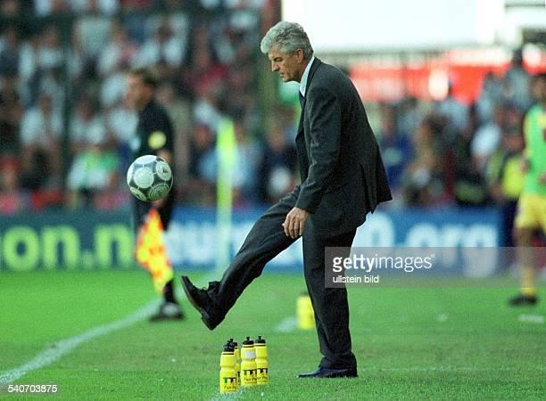 Lüttich FußballEuropameisterschaft 2000 DeutschlandRumänien Endstand 11 Erich Ribbeck Trainer der Deutschen Nationalmannschaft schießt von der...