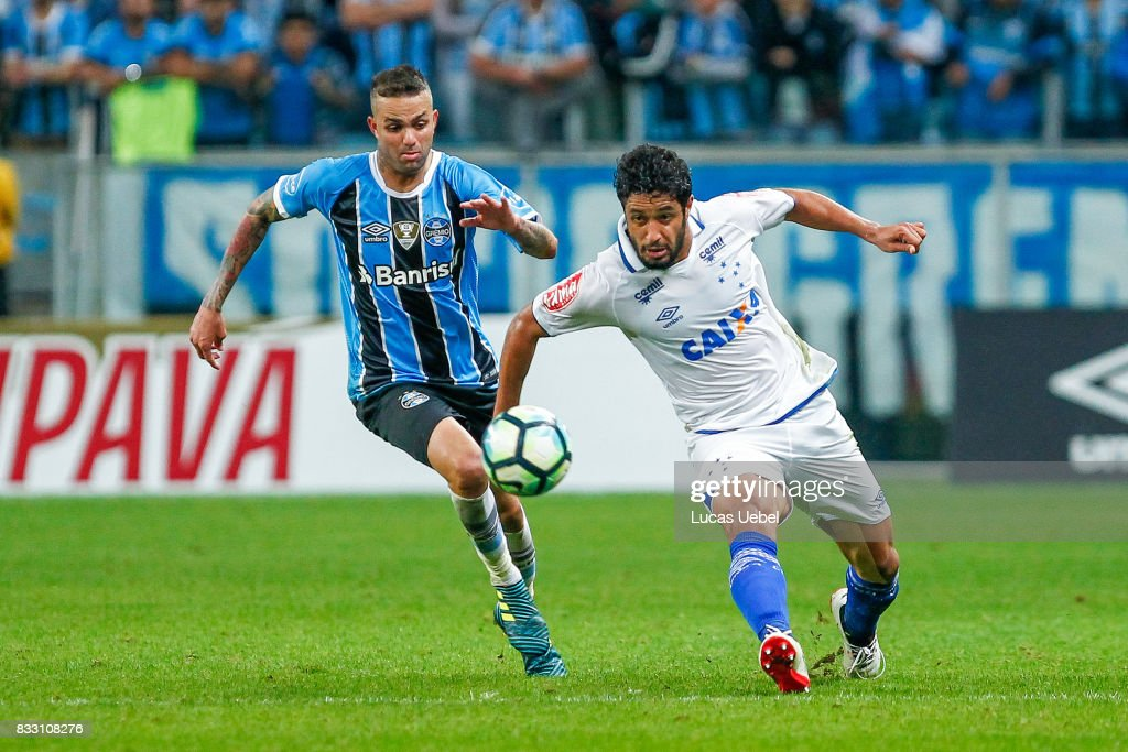 Luan of Gremio battles for the ball against Leo of Cruzeiro during the Gremio v Cruzeiro match, part of Copa do Brasil Semi-Finals 2017, at Arena do Gremio on August 16, 2017 in Porto Alegre, Brazil.