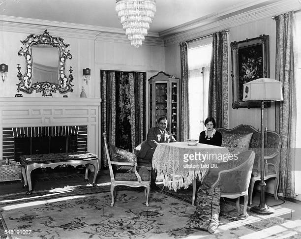 Lubitsch Ernst Film director Actor D *28011892 with his wife Leni in their villa in Beverly Hills USA about 1926 Published in 'Die Dame' 2/1926/27...