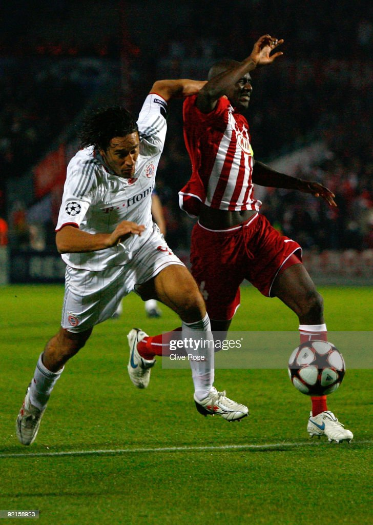 Luca Toni of Bayern Muenchen is challenged by Alou Diarra of Bordeaux during the UEFA Champions League Group A match between Bordeaux and FC Bayern...