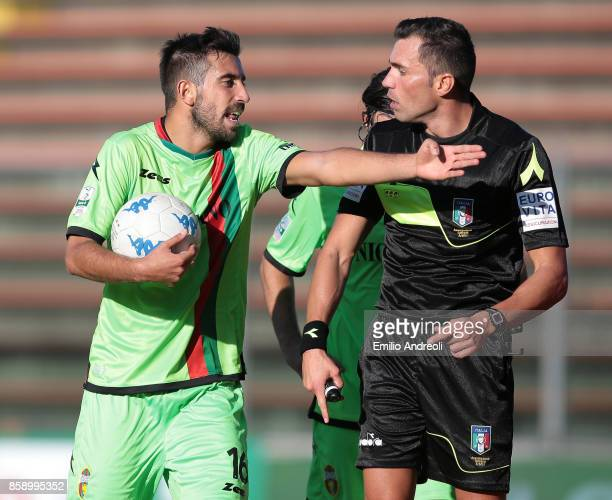 Luca Tremolada of Ternana Calcio argues with referee Lorenzo Illuzzi during the Serie B match between US Cremonese and Ternana Calcio at Stadio...