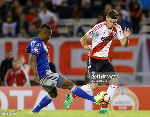 Lucas Alario of River Plate fights for the ball with Byron Mina of Emelec during a group stage match between River Plate and Emelec as part of Copa...