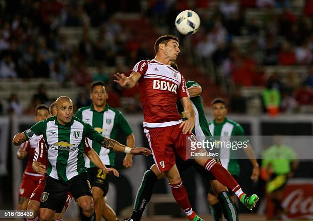 Lucas Alario of River Plate heads the ball to score the tying goal during a match between River Plate and Banfield as part of 8th round of Torneo...
