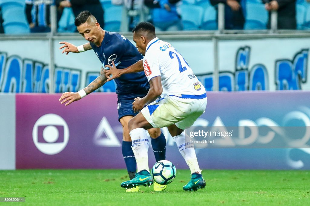 Lucas Barrios of Gremio battles for the ball against Manoel of Cruzeiro during the match Gremio v Cruzeiro as part of Brasileirao Series A 2017, at Arena do Gremio on October 11, 2017, in Porto Alegre, Brazil.