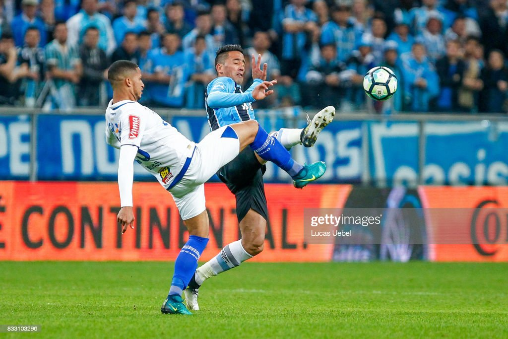 Lucas Barrios of Gremio battles for the ball against Murilo of Cruzeiro during the Gremio v Cruzeiro match, part of Copa do Brasil Semi-Finals 2017, at Arena do Gremio on August 16, 2017 in Porto Alegre, Brazil.