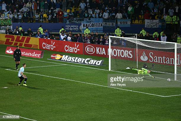 Lucas Biglia of Argentina fails the fifth penalty kick in the penalty shootout during the 2015 Copa America Chile quarter final match between...