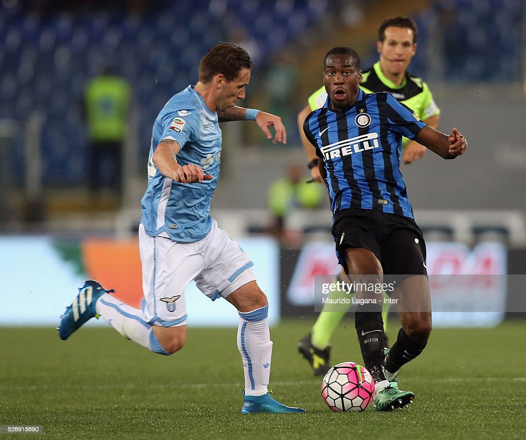 Lucas Biglia (L) of Lazio competes for the ball with Geoffrey Kondogbia of Inter during the Serie A match between SS Lazio and FC Internazionale Milano at Stadio Olimpico on May 1, 2016 in Rome, Italy.