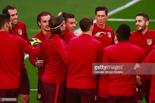 Lucas Hernandez Pi exercises with teammtes Yannick Carrasco Diego Godin Antoine Griezmann Filipe Luis Fernando Torres and Koke during a training...