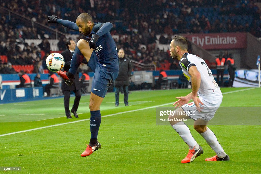 Lucas Moura of Paris Saint-Germain controls the ball during the Ligue 1 match between Paris Saint-Germain and Angers SCO at Parc des Princes on November 30, 2016 in Paris, France.
