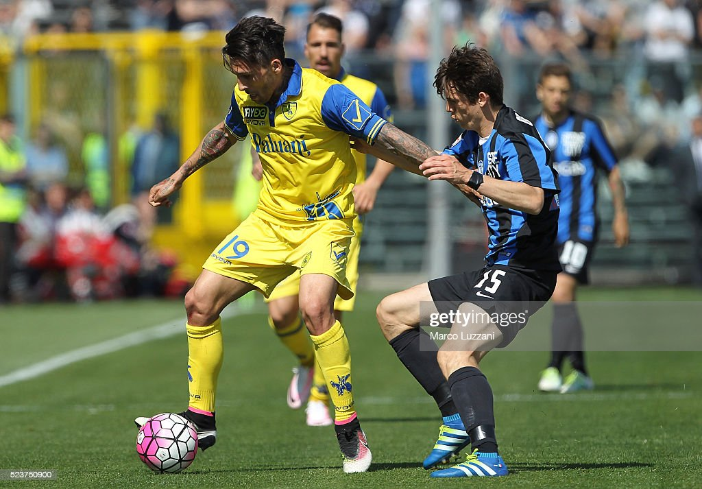 Lucas Nahuel Castro of AC Chievo Verona competes for the ball with Marten De Roon of Atalanta BC during the Serie A match between Atalanta BC and AC...