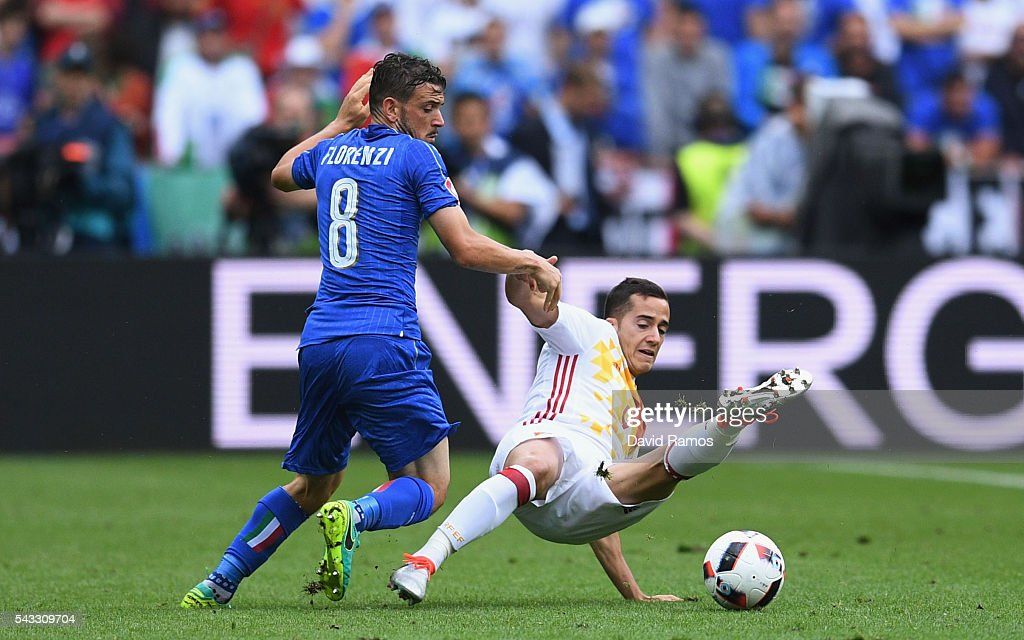 Lucas Vazquez of Spain is challenged by <a gi-track='captionPersonalityLinkClicked' href=/galleries/search?phrase=Alessandro+Florenzi&family=editorial&specificpeople=7349992 ng-click='$event.stopPropagation()'>Alessandro Florenzi</a> of Italy during the UEFA EURO 2016 round of 16 match between Italy and Spain at Stade de France on June 27, 2016 in Paris, France.