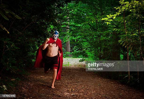 Mexikanisches Wrestling wrestler im Wald