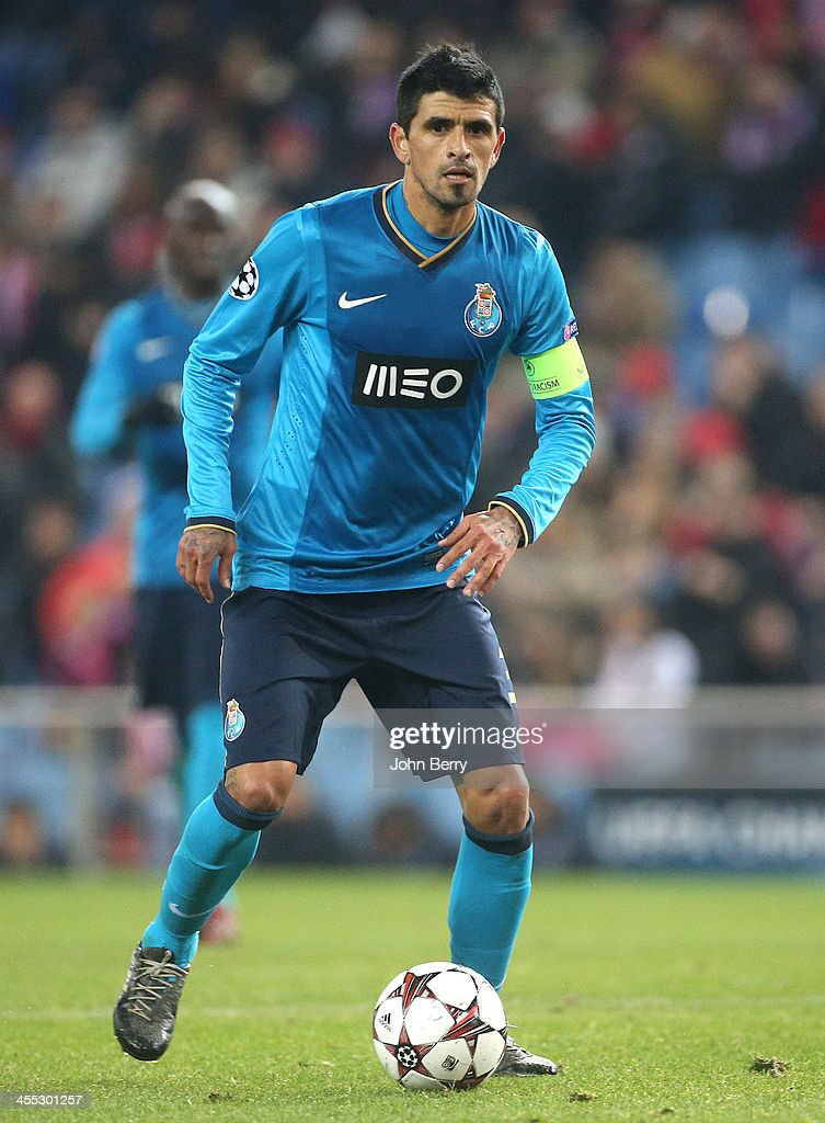Lucho Gonzalez of Porto in action during the UEFA Champions League match between Atletico de Madrid and FC Porto at the Estadio Vicente Calderon...