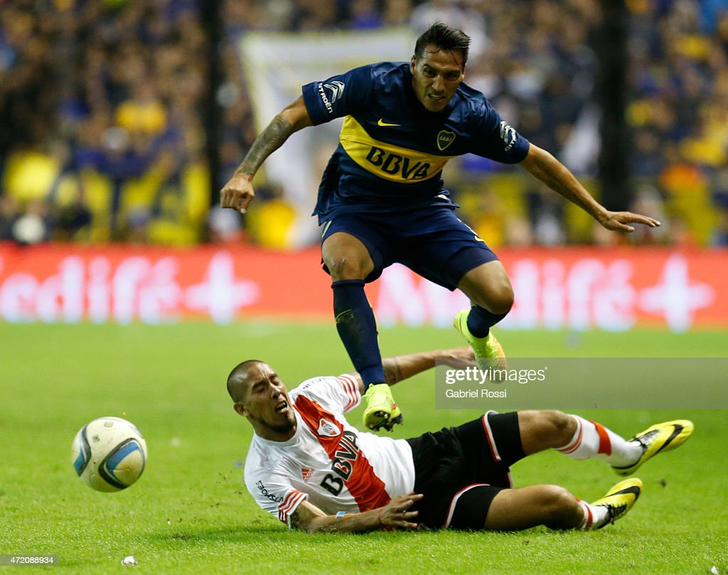 <a gi-track='captionPersonalityLinkClicked' href=/galleries/search?phrase=Luciano+Monzon&family=editorial&specificpeople=5043651 ng-click='$event.stopPropagation()'>Luciano Monzon</a> of Boca Juniors fights for the ball with Jonathan Maidana of River Plate during a match between Boca Juniors and River Plate as part of 11th round of Torneo Primera Division 2015 at Alberto J. Armando Stadium on May 03, 2015 in Buenos Aires, Argentina.