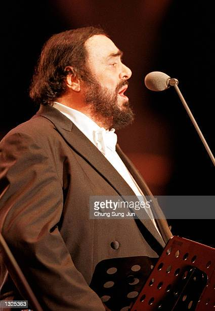 Luciano Pavarotti sings during the Three Tenors'' concert June 22 2001 at Chamsil Olympic stadium in Seoul The concert was held to celebrate the...