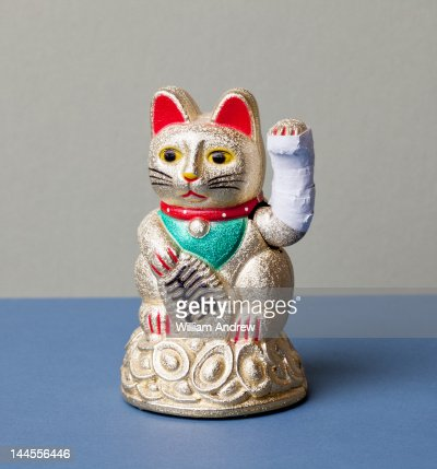 Lucky cat with broken arm : Stockfoto