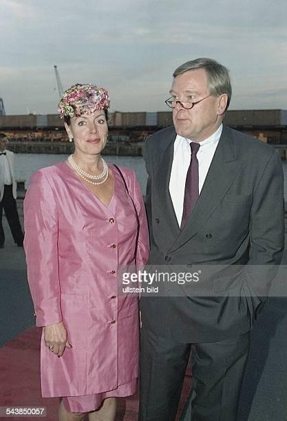 Ludger W Staby Vorstandssprecher des ReemtsmaKonzerns mit seiner Frau Alice bei einer Veranstaltung im Hamburger Hafen Frau Staby trägt ein...