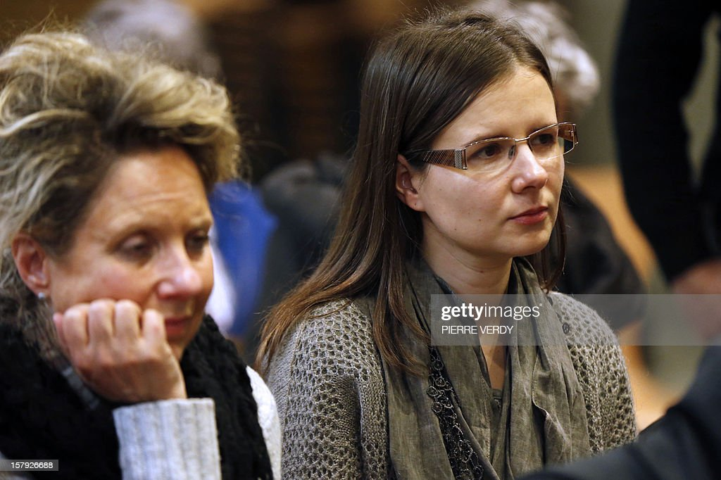 Ludivine Barbier-Cazares (R), wife of French-Mexican Rodolpho Cazares held hostage in Mexico since July 2011, attends a press conference at an event to commemorate people still held as hostages in the world on December 7, 2012 in Paris.