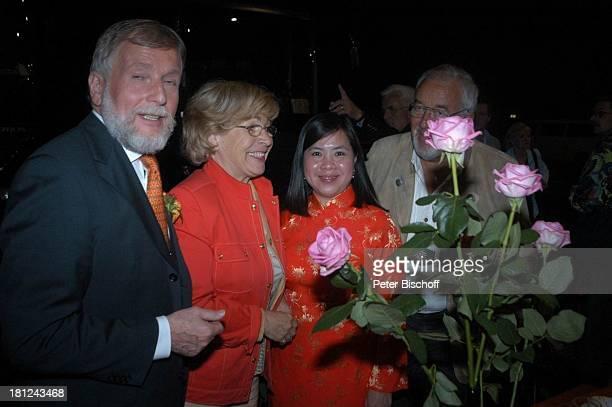Ludwig Angeli Edith Moik Partygast PartyGast AftershowParty nach der ARDMusikShow 'Musikantenstadl' Bremen 'Stadthalle' Backstage Blumen rosa Rosen...