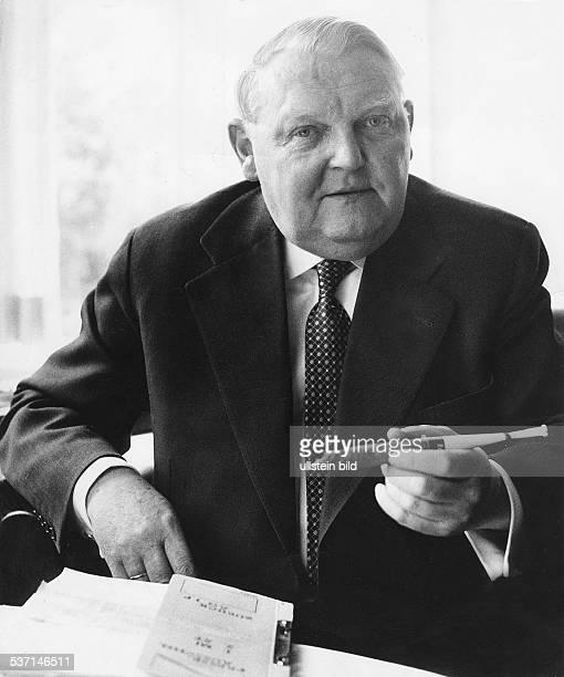 Ludwig ErhardLudwig Erhard Politiker CDU D Bundeswirtschaftsminister Porträt am Schreibtisch mit Zigarre 1956 Aufnahme Jochen Blume