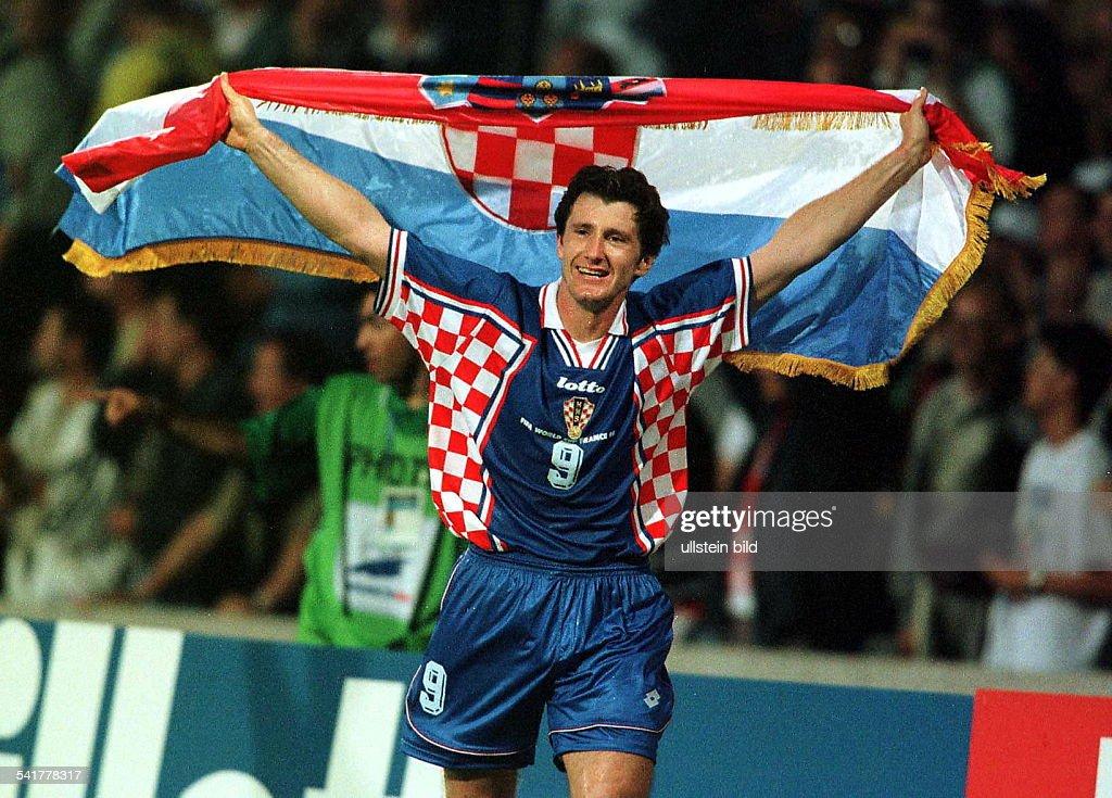 Sportler, Fussball KroatienFussball-WM in Frankreich, Viertelfinalein Lyon: Deutschland - Kroatien 0:3- läuft nach dem Sieg mit der kroatischenFahne eine Ehrenrunde