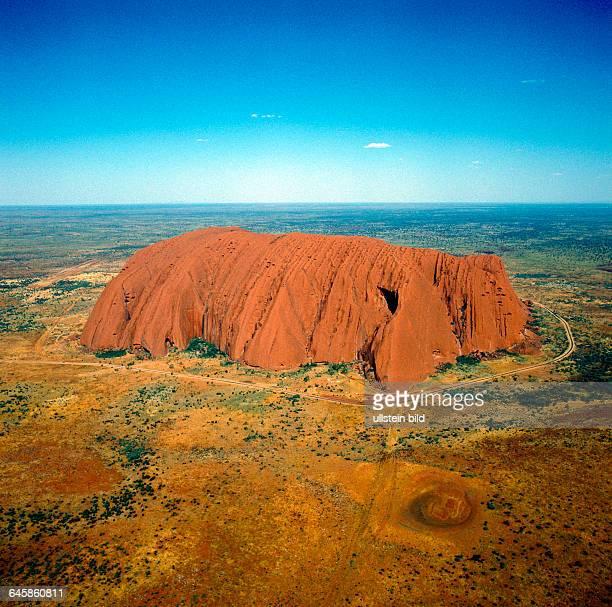 Luftaufnahme des Ayers Rock oder Uluru riesiger Sandsteinmonolith aus dem Praekambrium und heiliger Berg der Aborigines ein Naturwunder im roten Herz...