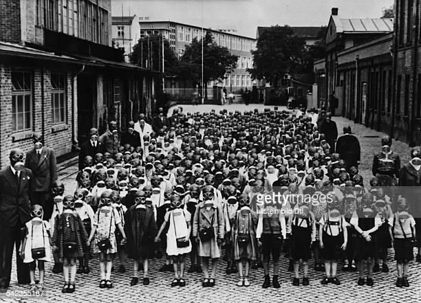 Luftschutzübung Eine ganze Volksschule in Berlinunter der 'Volksgasmaske' angetreten 1937
