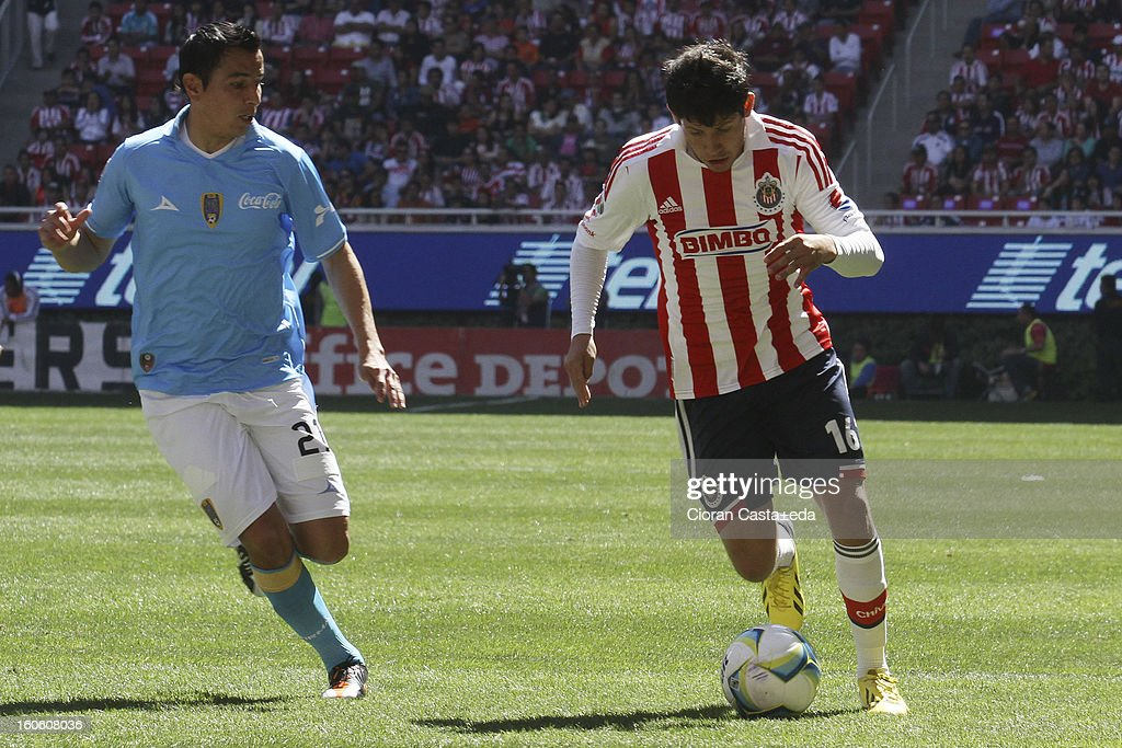 Luis Angel Morales of Chivas Guadalajara and <a gi-track='captionPersonalityLinkClicked' href=/galleries/search?phrase=Mario+Mendez&family=editorial&specificpeople=235993 ng-click='$event.stopPropagation()'>Mario Mendez</a> of San Luis fight for the ball during a match of the Clausura Liga MX Round 5 in Omnilife Stadium on February 3, 2013 in Guadalajara, Mexico.