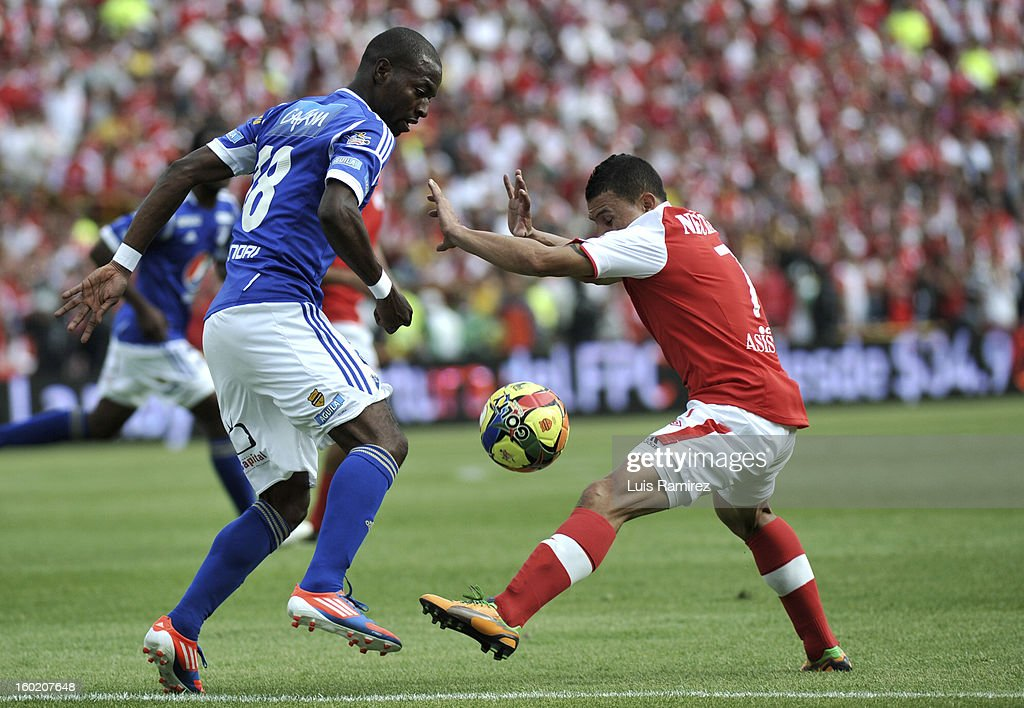 "Luis C Arias (R) of Independiente Santa Fe fight for the ball with <a gi-track='captionPersonalityLinkClicked' href=/galleries/search?phrase=Wason+Renteria&family=editorial&specificpeople=666364 ng-click='$event.stopPropagation()'>Wason Renteria</a> (L) of Millonarios during the match between Independiente Santa Fe and Millonarios as part of the the Champions Super League at Nemesio Camacho ""El Campin"" stadium on January 27, 2013 in Bogota, Colombia."