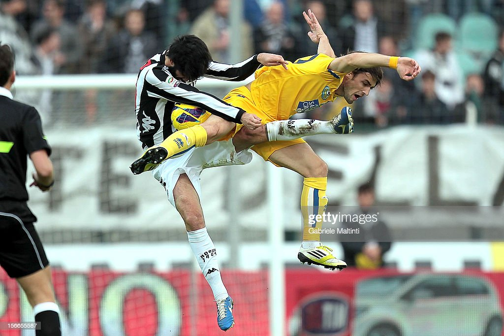 Luis Carlos Novo Neto of AC Siena fights for the ball with Ante Vukosic of Pescara during the Serie A match between AC Siena and Pescara at Stadio Artemio Franchi on November 18, 2012 in Siena, Italy.