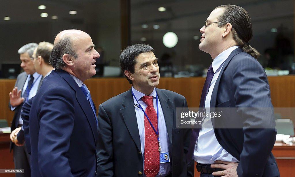 Luis de Guindos Spain's economy minister left speaks with Vitor Gaspar Portugal's finance minister center and Anders Borg Sweden's finance minister...