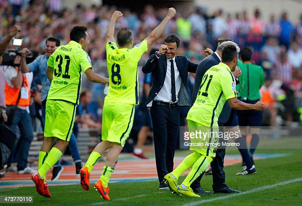 Luis Enrique manager of Barcelona celebrates with players as they win the title after the La Liga match between Club Atletico de Madrid and FC...