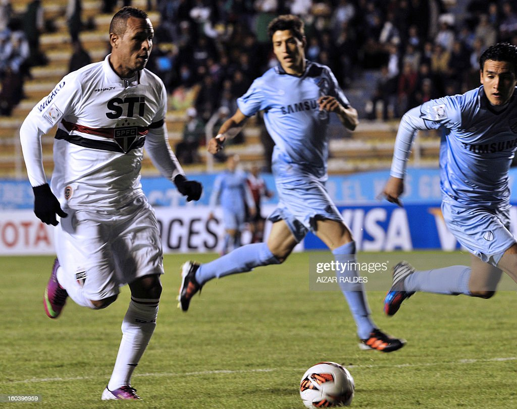Luis Fabiana (L) of Brazil's Sao Paulo, vies for the ball with Gabriel Valverde (R) of Bolivia's Bolivar during their Copa Libertadores football match at Hernando Siles stadium in La Paz, Bolivia, on January 30, 2013. AFP PHOTO/Aizar Raldes