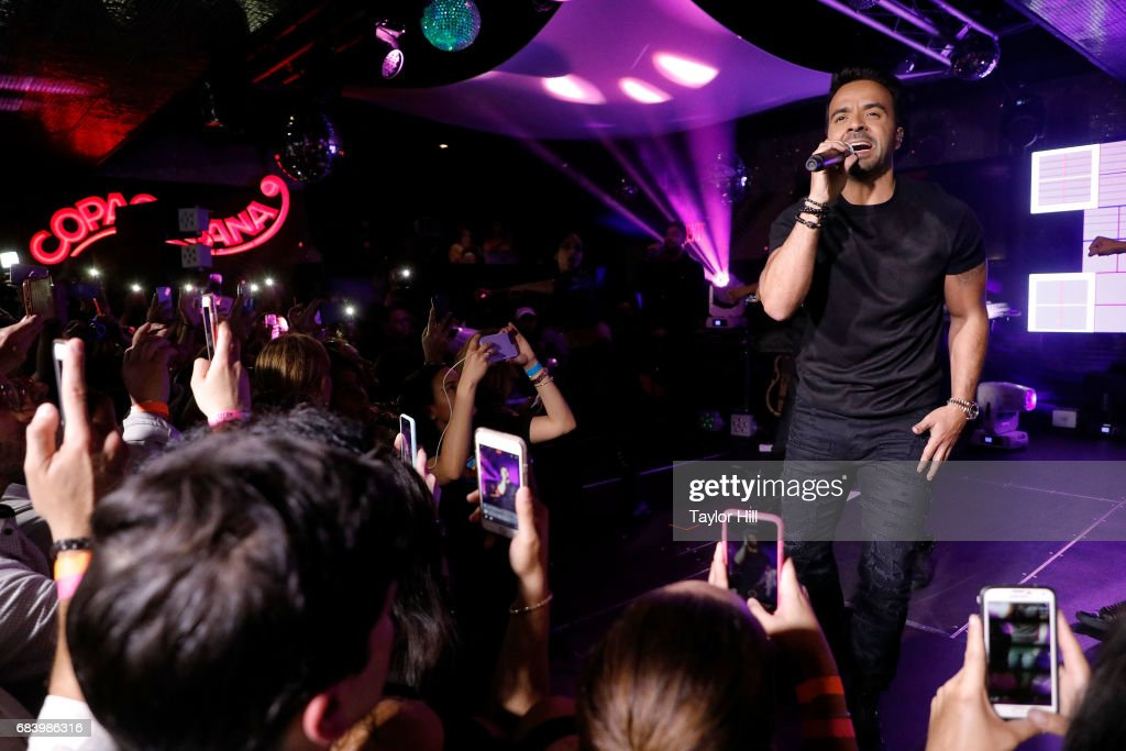Luis Fonsi performs during the 2017 Spanish Broadcasting System Upfront at Copacabana Club - Times Square on May 16, 2017 in New York City.