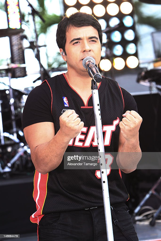 <a gi-track='captionPersonalityLinkClicked' href=/galleries/search?phrase=Luis+Fonsi&family=editorial&specificpeople=217370 ng-click='$event.stopPropagation()'>Luis Fonsi</a> performs during Univision's 'Despierta America' Morning Concert Series on June 22, 2012 in Miami, Florida.