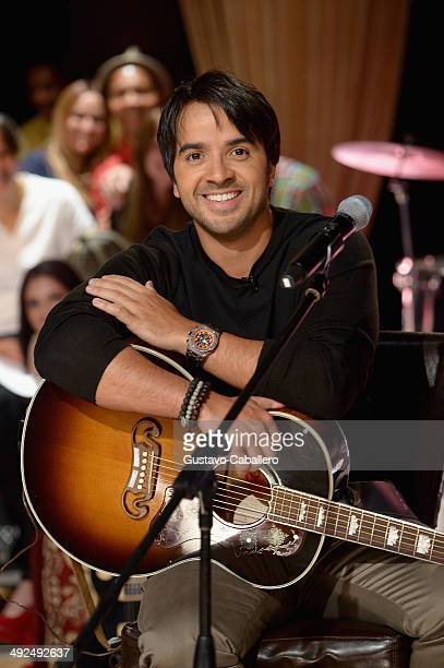 Luis Fonsi performs on the set of 'Despiereta America' at Univision Headquarters on May 20 2014 in Miami Florida