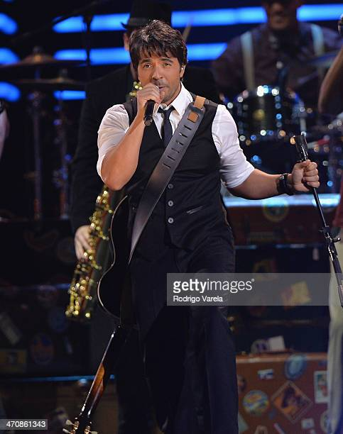Luis Fonsi performs onstage at Premio Lo Nuestro a la Musica Latina 2014 at American Airlines Arena on February 20 2014 in Miami Florida