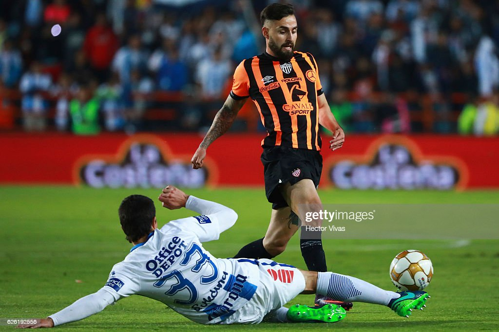 Luis Gallegos of Necaxa struggles for the ball with John Medina of Pachuca during the quarter finals second leg match between Pachuca and Necaxa as part of the Torneo Apertura 2016 Liga MX at Hidalgo Stadium on November 27, 2016 in Pachuca, Mexico.