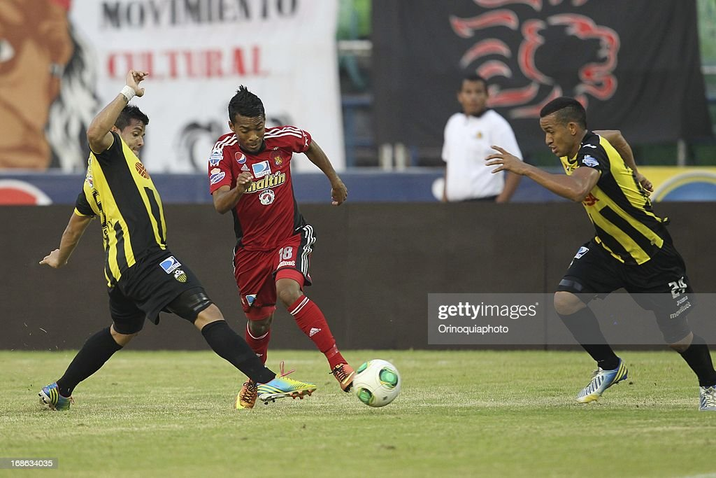 Luis Gonzalez of Caracas FC fights for the ball during a match between Caracas FC and Deportivo Tachira as part of the Torneo Clausura 2013 at Olympic stadium on May 12, 2013 in Caracas, Venezuela.