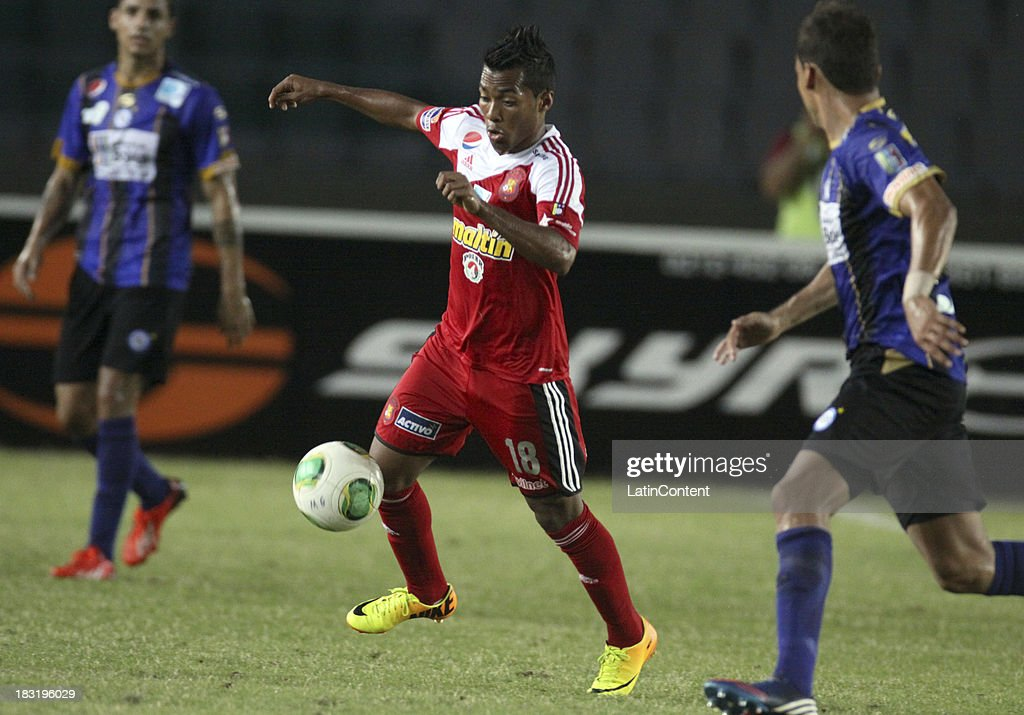 Luis Gonzalez of Caracas FC in action during a match between AC Mineros de Guayana and Caracas FC as part of the Apertura 2013 at Cachamay Stadium on October 5, 2013 in Puerto Ordaz, Venezuela.