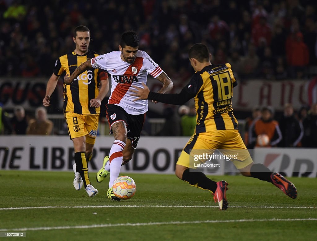 Luis Gonzalez of River Plate and Luis Alberto Cabral of Guarani fight for the ball withduring a first leg Semi Final match between River Plate and Guarani as part of Copa Bridgestone Libertadores 2015 at Antonio Vespucio Liberti Stadium on July 14, 2015 in Buenos Aires, Argentina.