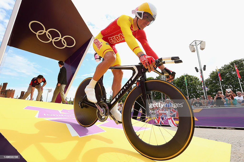 Luis Leon Sanchez Gil of Spain suffers a broken chain on the start ramp as he begins the Men's Individual Time Trial Road Cycling on day 5 of the London 2012 Olympic Games on August 1, 2012 in London, England.