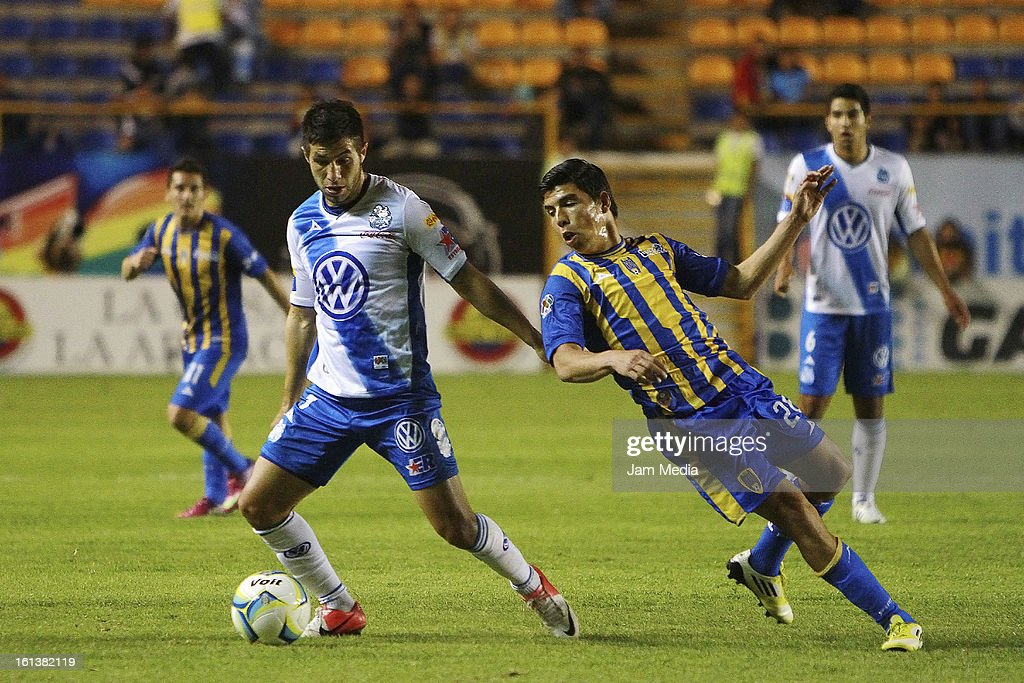 Luis Mendoza (R) of San Luis struggles for the ball with Luis Noriega (L) of Puebla during a match between San Luis and Puebla as part of the Clausura 2013 Liga MX at Alfonso Lastras Stadium on February 09, 2013 in San Luis Potosi, Mexico.