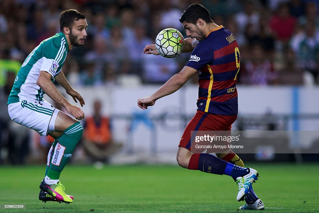 Luis Suarez (R) <ba competes for the ball with German Pezzella (L) of Real Betis Balompie during the La Liga match between Real Betis Balompie and FC Barcelona at Estadio Benito Villamarin on April 30, 2016 in Seville, Spain.