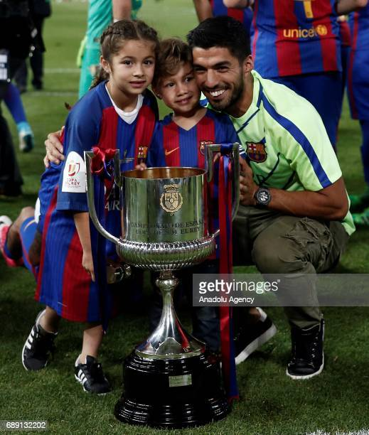 Luis Suarez of Barcelona celebrates with the trophy after the Copa Del Rey Final between FC Barcelona and Deportivo Alaves at Vicente Calderon...
