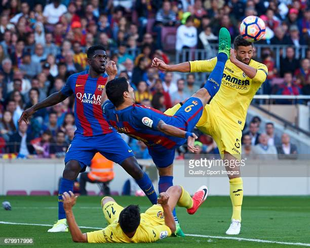 Luis Suarez of Barcelona competes for the ball with Mateo Musacchio of Villarreal during the La Liga match between FC Barcelona and Villarreal CF at...