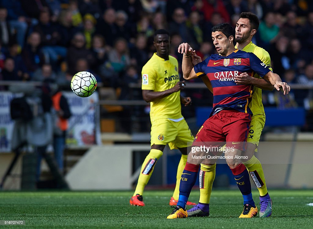 Luis Suarez of Barcelona competes for the ball with Victor Ruiz (R) of Villarreal during the La Liga match between Villarreal CF and FC Barcelona at El Madrigal on March 20, 2016 in Villarreal, Spain.