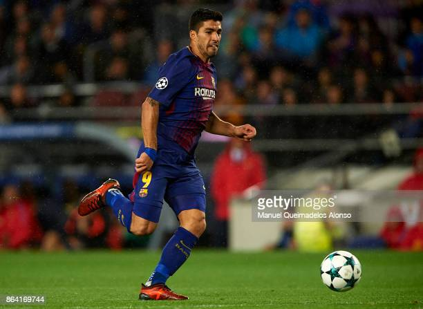 Luis Suarez of Barcelona runs with the ball during the UEFA Champions League group D match between FC Barcelona and Olympiakos Piraeus at Camp Nou on...